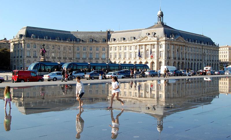 miroir d'eau à Bordeaux avec ses petits enfants