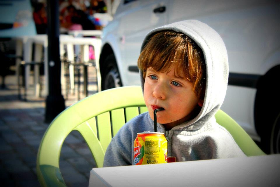 Photo d'un petit garçon en mode portrait.