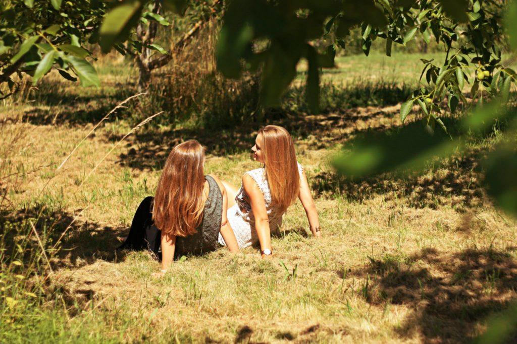 Photo de deux jeunes femmes assises dans l'herbe !