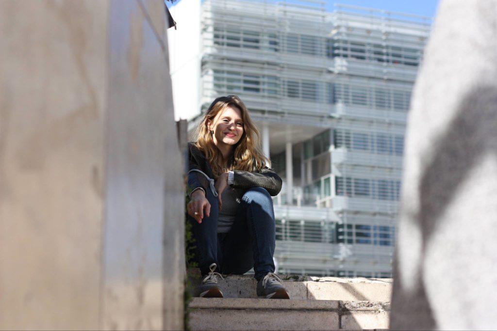 Photo spontanée d'une jeune femme qui sourit !
